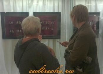 Татьяна Сизова, зав. отделом драгоценных металлов ГИМ дает интервью журналисту челябинского СМИ.
